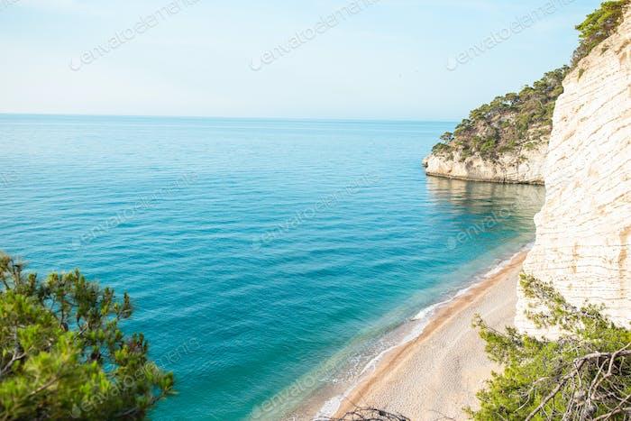 Hermosa playa con agua clara en la reserva Gargano