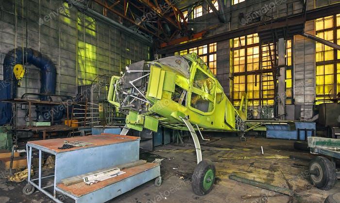 Der Körper eines Leichtmotorflugzeugs in einem verlassenen Industriegebäude