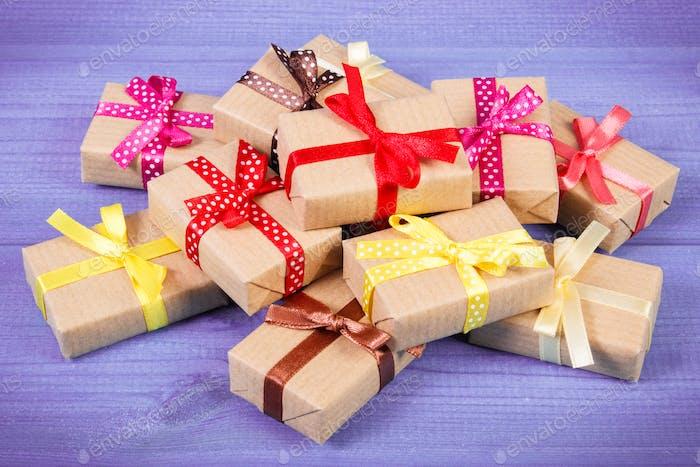 Verpackte Geschenke mit Bändern für Weihnachten oder andere Feier