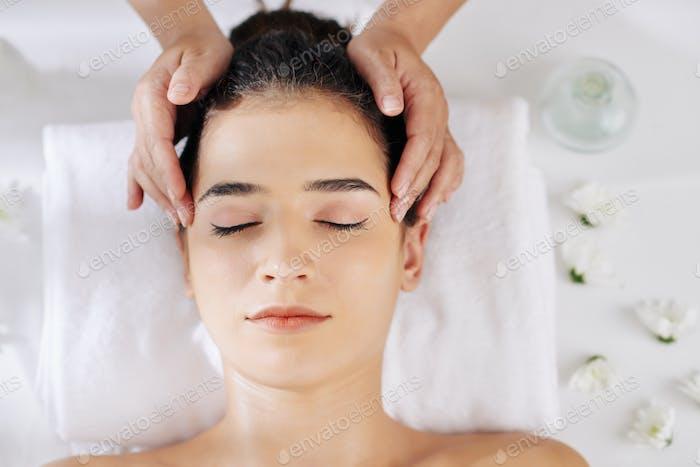 Rrelaxing head massage