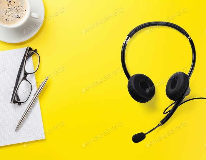 Büro gelbe Hintergrund mit Zubehör und Headset