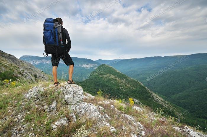 Reisender Tourist in den Bergen.