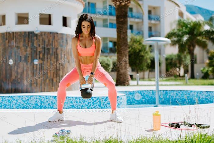 schöne sportliche Frau Kettlebell Workout