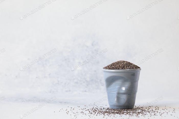 Chia-Samen in einer Tasse. Gesundes Ernährungskonzept.