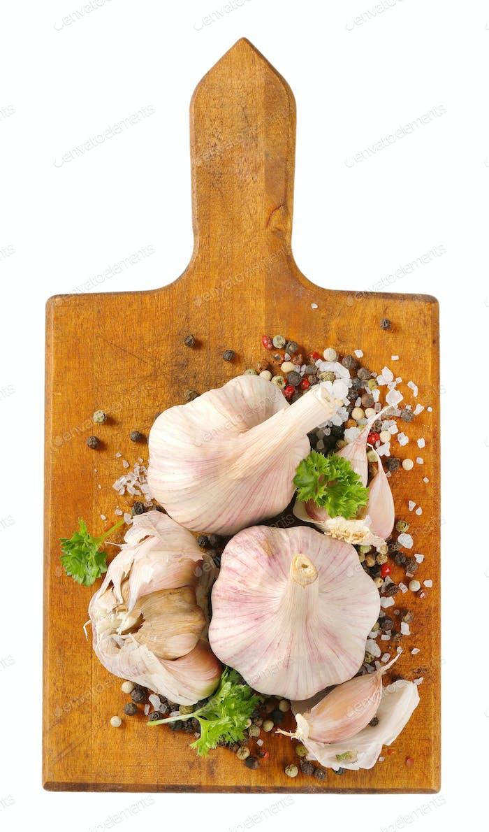 frischer Knoblauch mit Gewürzen