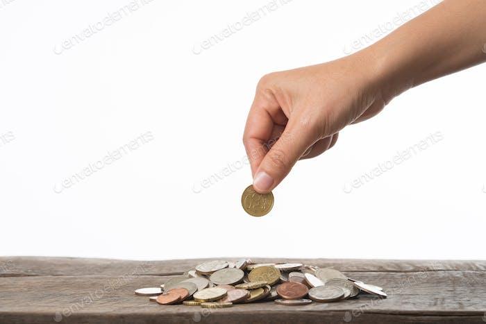 Mujer mano sosteniendo la moneda para coleccionar.