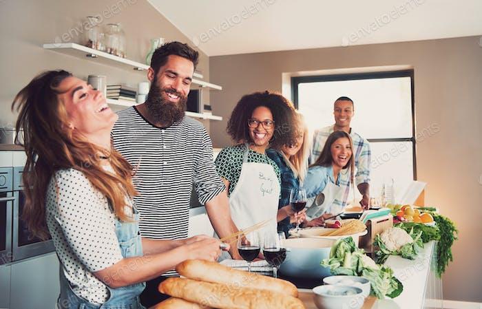 Grupo de amantes de la cocina preparando una comida juntos
