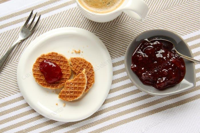 Mini Stroopwafels (Sirupwaffeln) mit Tasse Kaffee und Marmelade