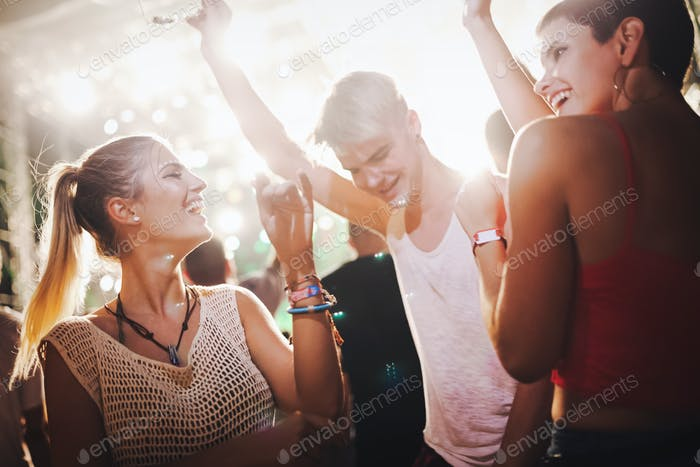 Glückliche Freunde mit Spaß beim Musikfestival