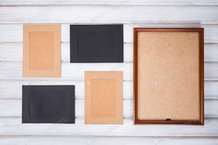 marcos de fotos de diferentes colores y Fondo de De madera