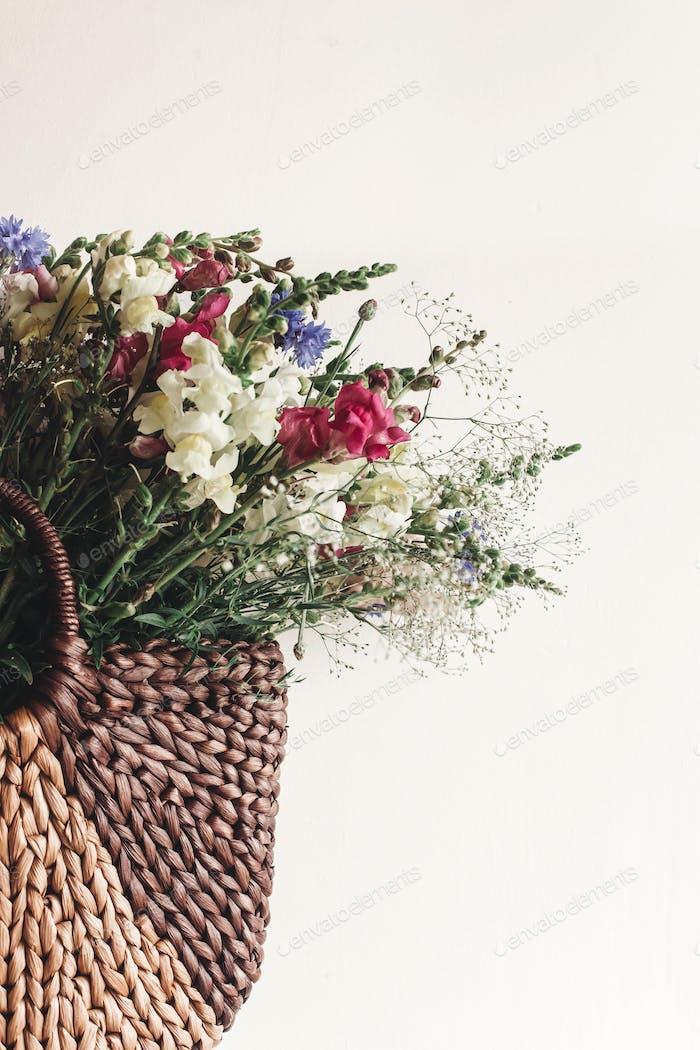 flores de colores en cesta marrón