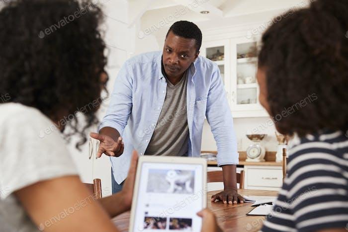 Vater diskutiert Online-Sicherheit mit Teenager-Töchter