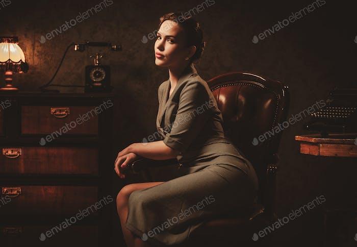 Hermosa Mujer joven en el interior Retro