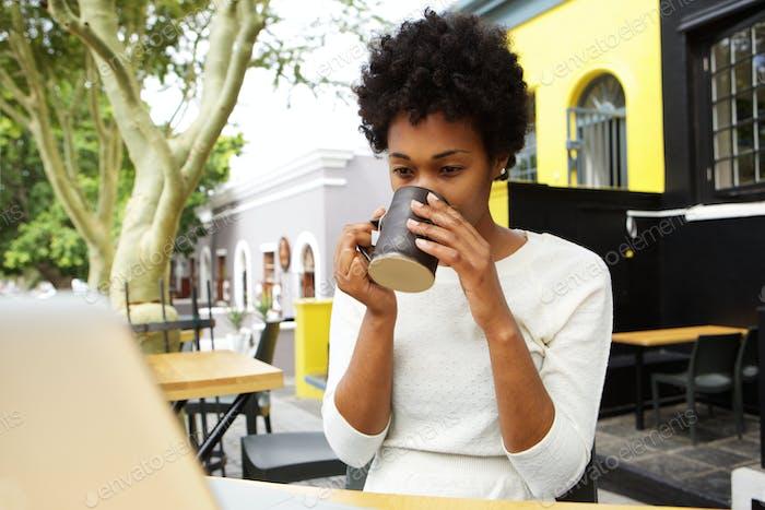 Jeune femme africaine boire tasse de thé