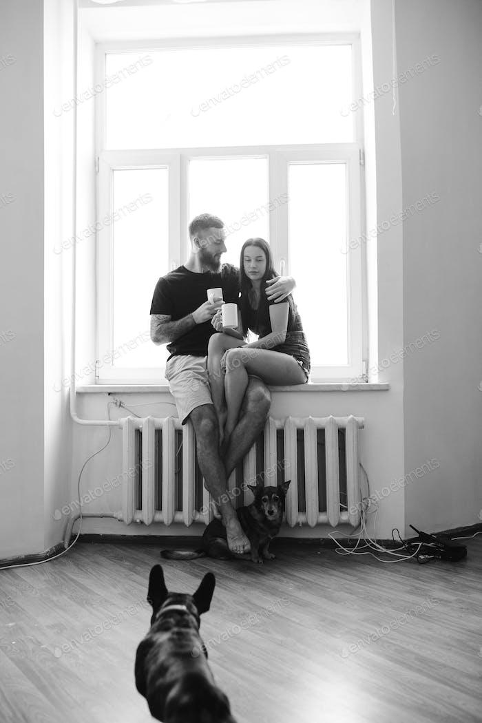 paar auf dem Hintergrund eines Fensters