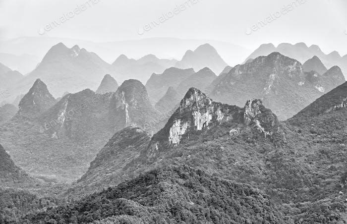 Schwarz-Weiß-Bild von Karstformationen.