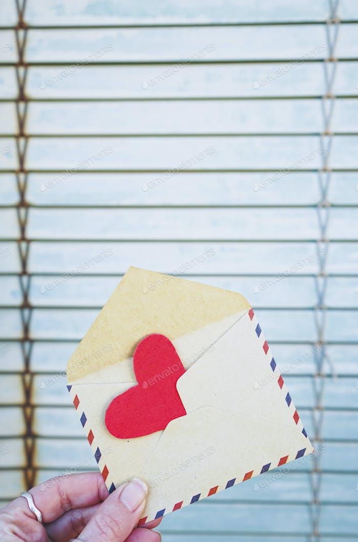 Rotes Herz in einem alten Umschlag