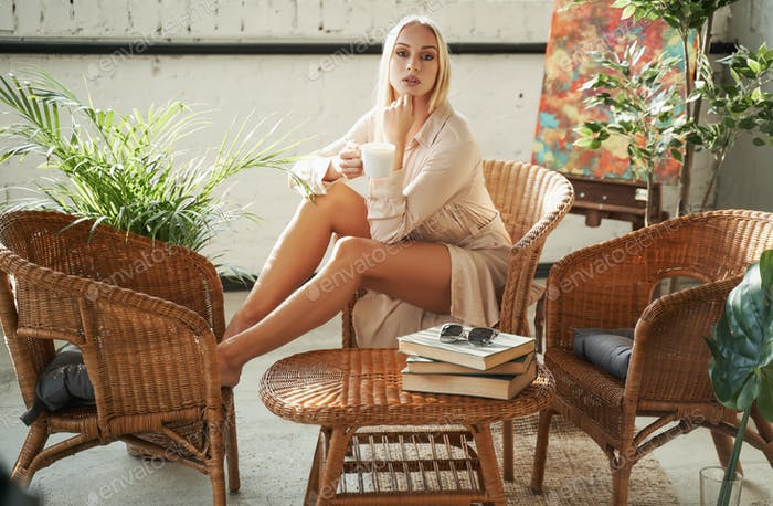 Reiche Frau mit blonden Haaren mit Tee-Zeit zu Hause