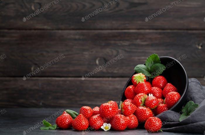 Reife Erdbeere in Schüssel