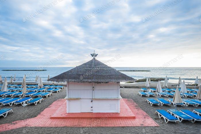 bar tienda cerrada en la playa después de la crisis coronavirus