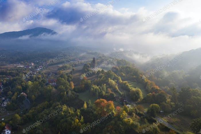 Luftaufnahme am frühen Morgen der Stadt Sovata im Herbst, Rumänien.