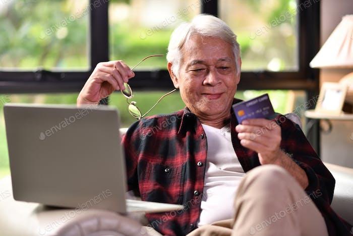 Senior Mann mit Kreditkarte