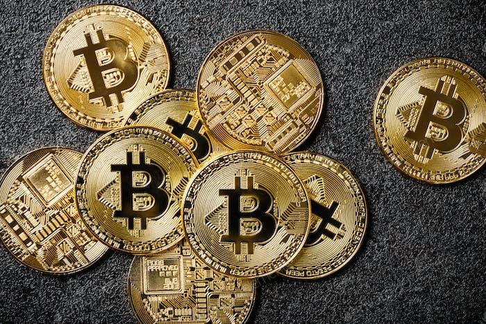 Monedas Bitcoin sobre Fondo negro