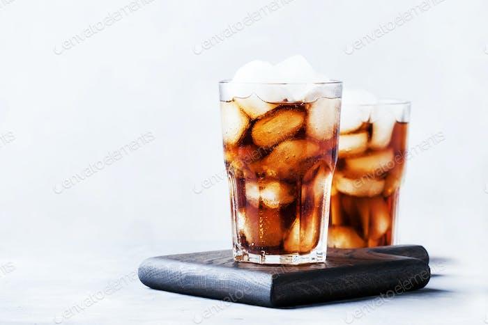 Alkoholischer Cocktail aus Rum-Cola