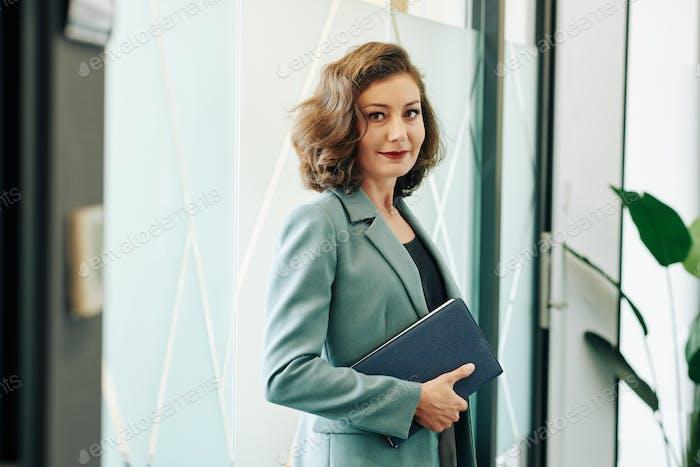 Уверенная женщина-предприниматель