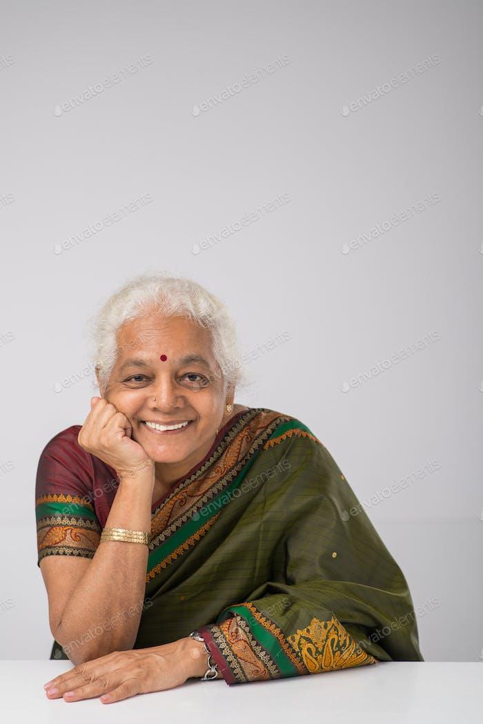 Fröhlich ältere indische Frau