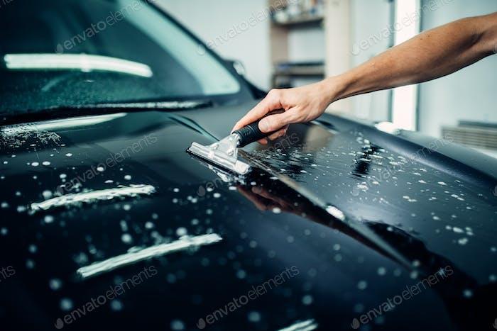 Spezialist bereitet Auto zum Schutz gegen Späne vor