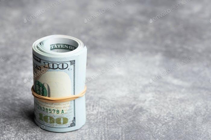 Rolle des Geldes auf Stein Hintergrund.