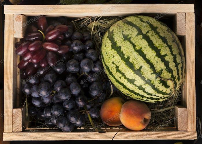 Eco Früchte reich an Vitaminen in Holzkiste