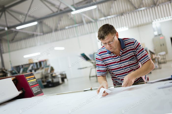 Industriekleidung Designer arbeitet nach Schema