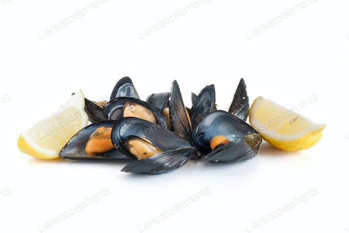 boiled mussels with lemon