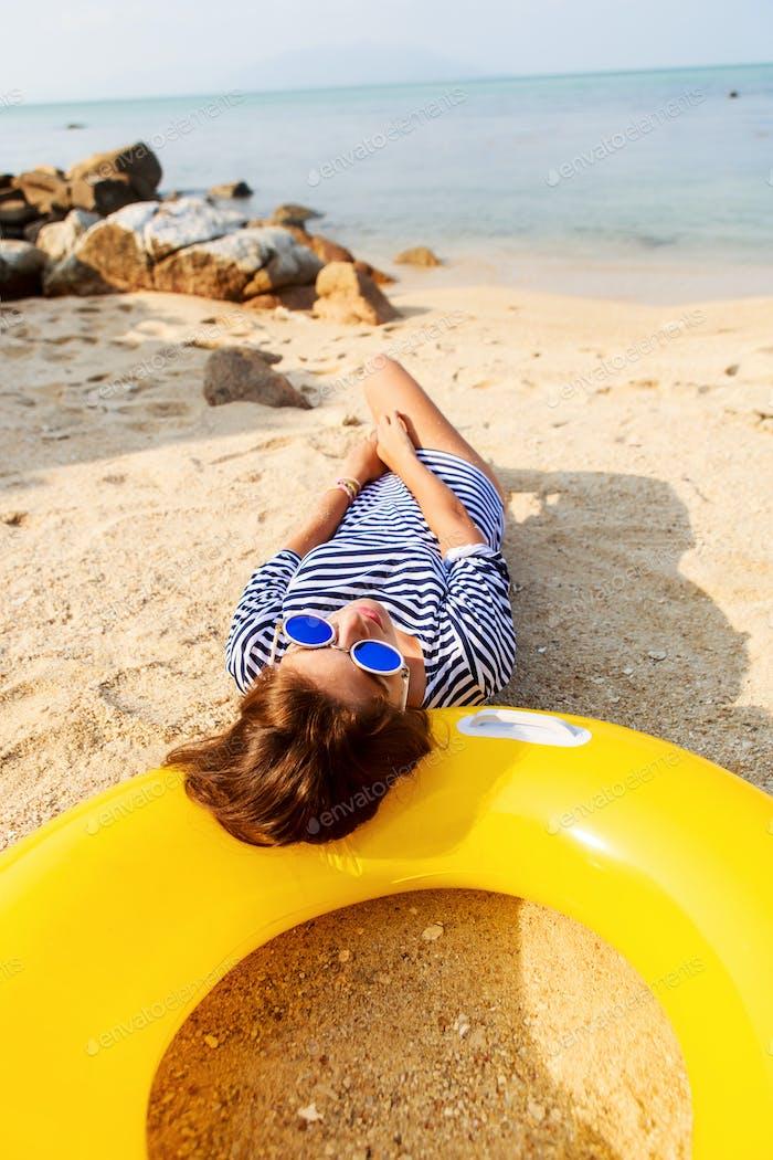 Sexy Mädchen Ruhe am Strand.