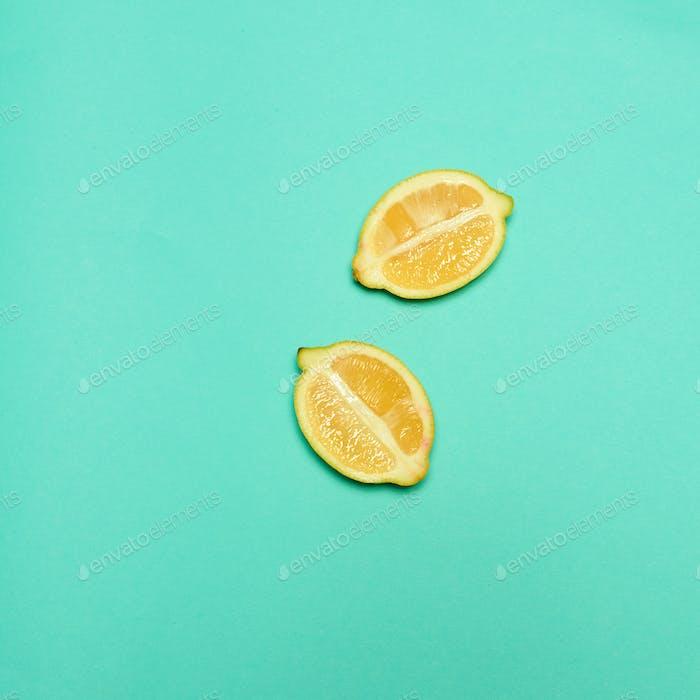 Лимоны на зеленом фоне