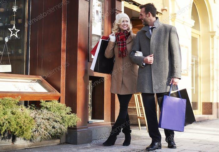 adorable pareja más de compras tiempo