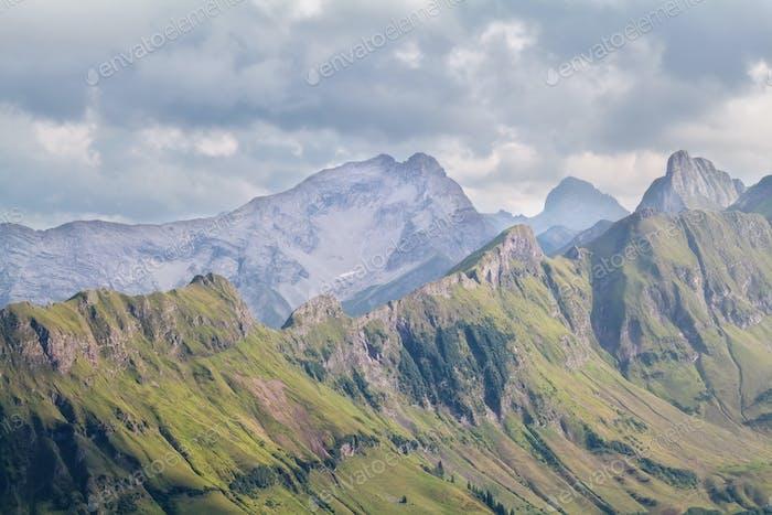 Blick auf den Bergkamm am bewölkten Tag