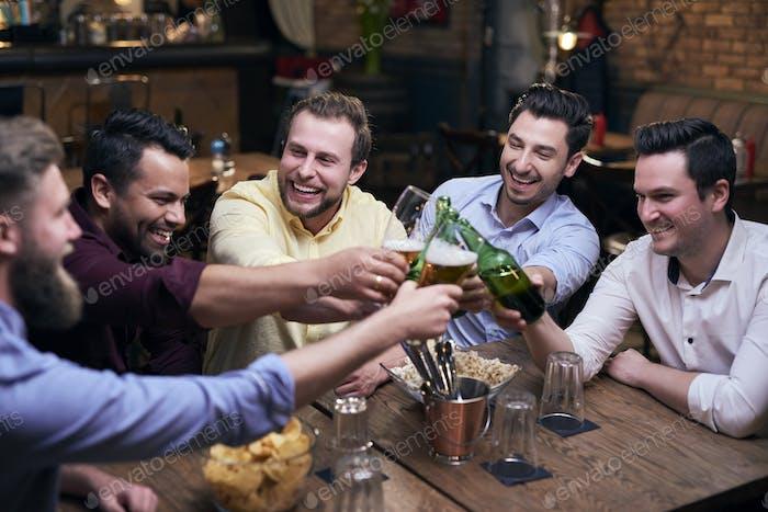 Männer machen einen Jubel für gutes Wochenende
