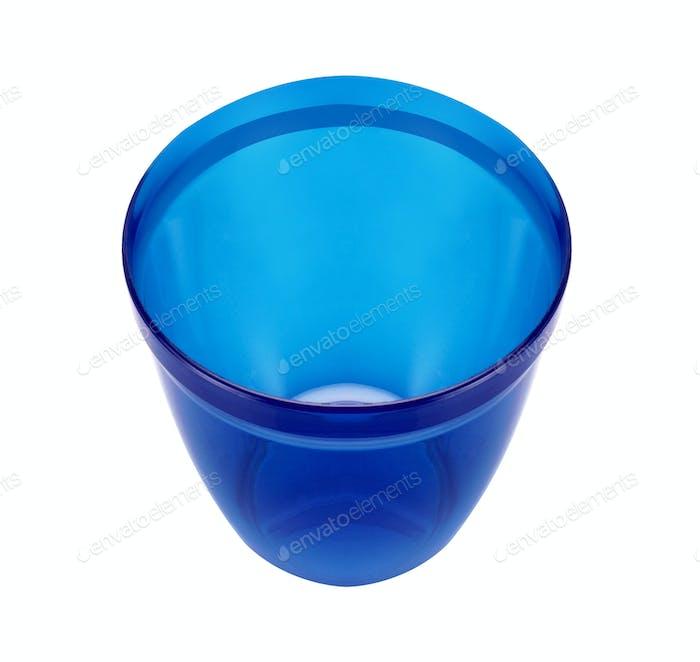 Blau leere Plastikbecher isoliert auf weiß