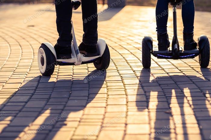 Männliche Beine auf Elektroroller im Freien Gyroscooter