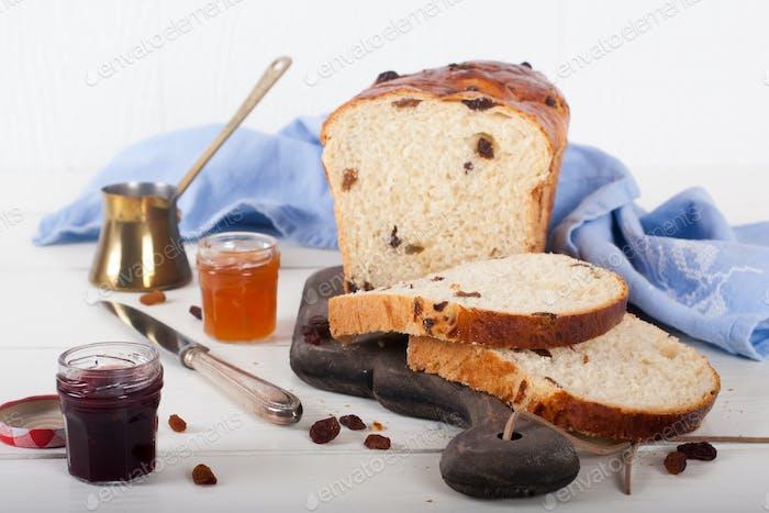 Pan de pasas en rodajas