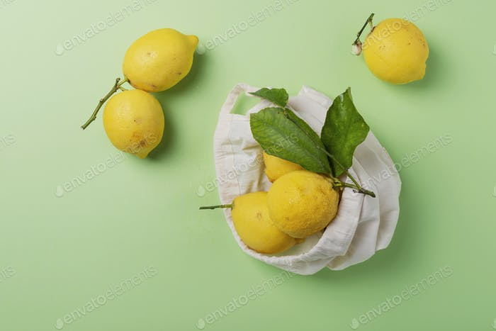 biologische Zitronen mit grünem Laube