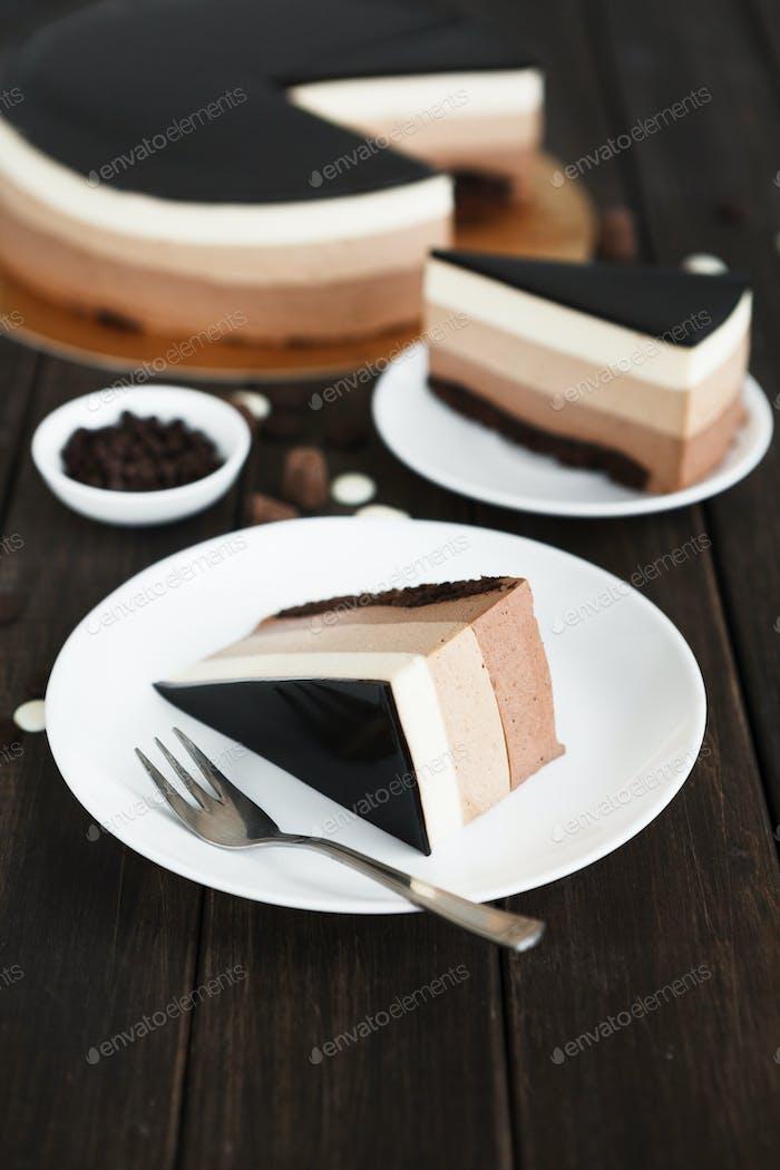 Dreifach Schokoladenschicht Mousse Kuchen mit Glasur