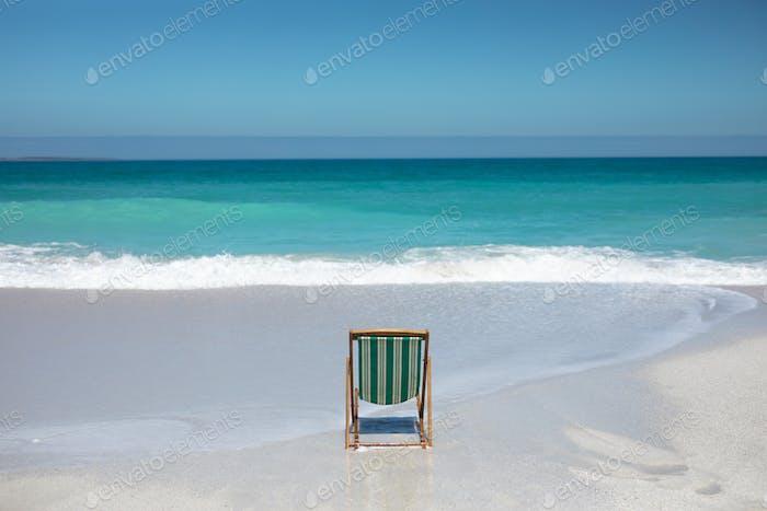 Stuhl vor den Wellen