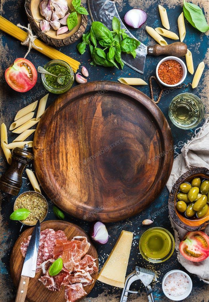 Italienische Speisen Kochen Zutaten auf dunklem Sperrholz Hintergrund, Kopierraum