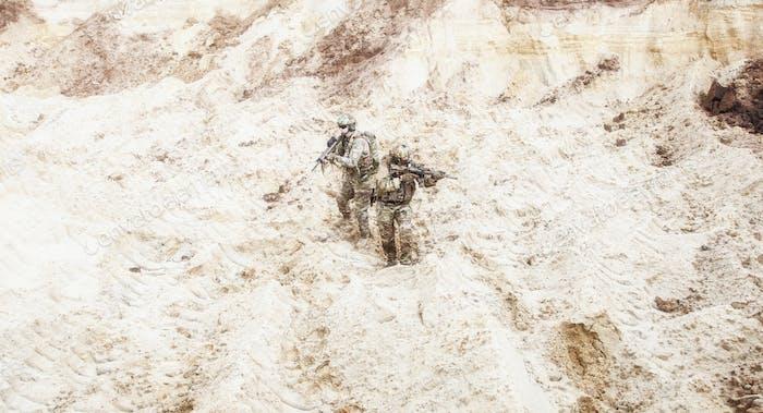 Infanteristen bereit für den Kampf bewegen in der Wüste