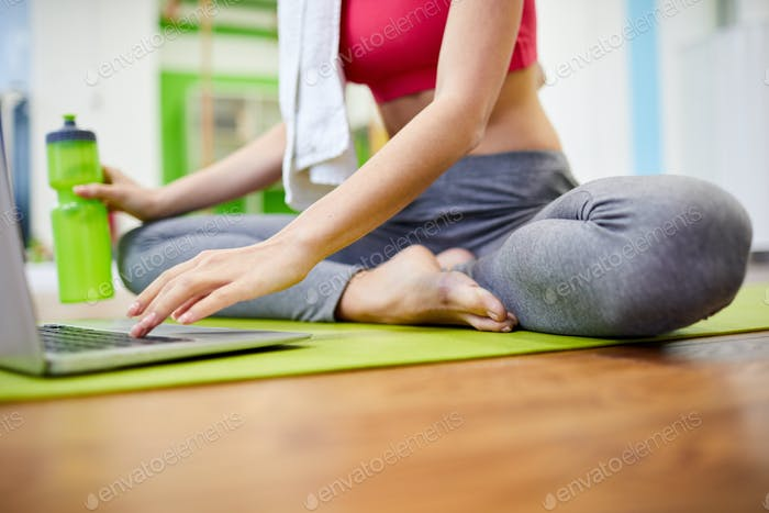 Unerkennbare Frau Entspannung im Fitnessstudio