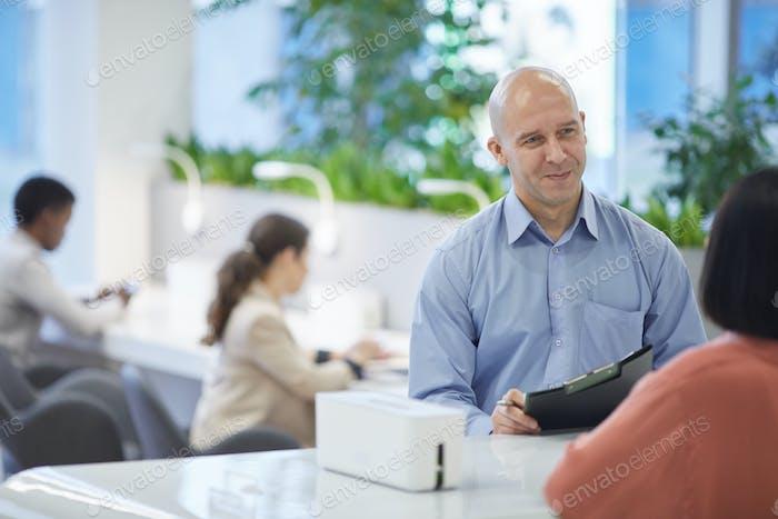 Руководитель бесед с стажерами на работе